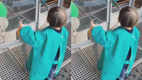 昆凌携儿子小小周逛科学博物馆,再晒儿子背影照呆萌十足