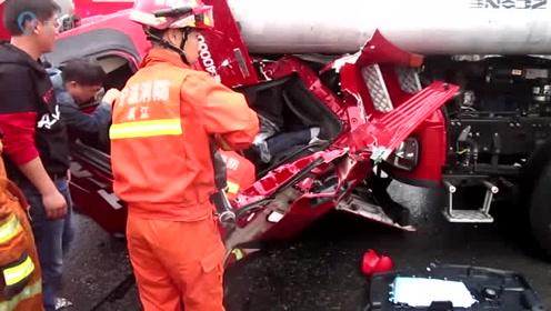 浙江余姚:车上拉着近百吨水泥杆 一脚刹车车头被顶翻在地