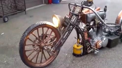 小伙把摩托车改装后,轰油门的瞬间,感觉自己摩托车价值千万