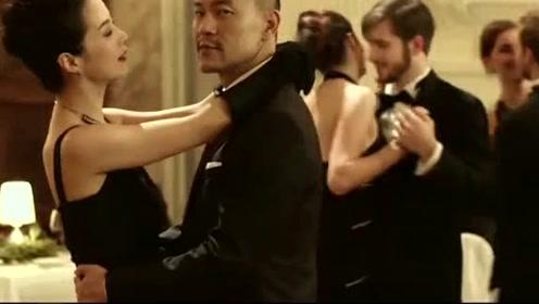 夫妻俩参加舞会,却在和别的异性跳舞,还不怕对方发现,真是会玩