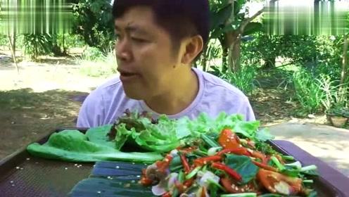 泰国吃播Joe野外吃东西,感觉太辣吃得直吸气