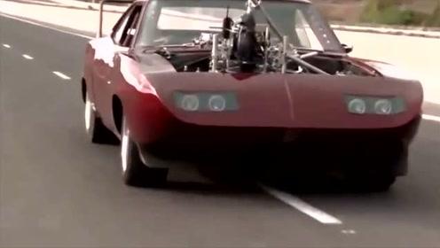 高速上看到一辆破烂的跑车,仔细看后才发现不对劲!