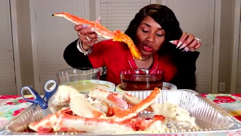 吃蟹阿姨大口吃帝王蟹腿,这次的海鲜真的大