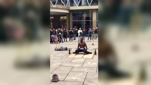 实拍国外街头民间牛人表演