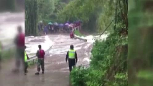 泸县骤降大雨河水暴涨 摩托车卡桥护栏驾驶员回家等待