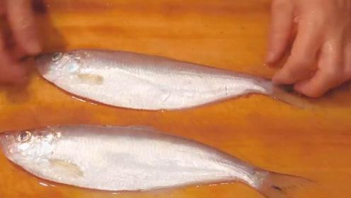 大师现场亲自来处理小鱼,里面的鱼肉非常粉嫩,看样子就好吃