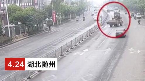 男子驾驶铲车逆行遇阻 将人行道隔离桩直接铲断离开