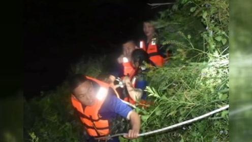 乐山两女子酒后漫步岷江河滩被困 消防员搭绳桥营救