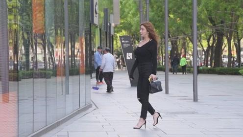 身材高挑的模特,还要穿着一字带高跟鞋,走路优雅有气质