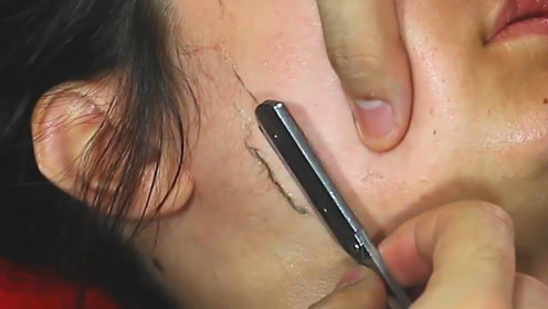 外国新式美容方法,先进行脸部排毒,随后刀片一刮瞬间变白!