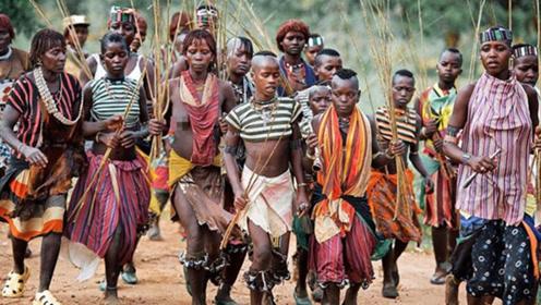 这个部落只有女人,繁育全靠自己动手!长见识了!