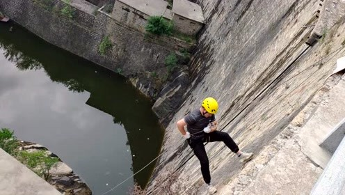 水库坝顶玩高空速降,多人紧张成表情包
