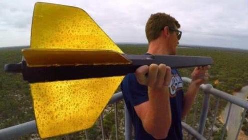 1米长巨型飞镖从45米高空扔下,威力有多恐怖?看看冰箱的下场