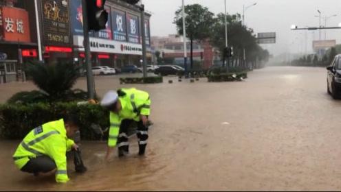 阳江暴雨袭城交通受阻 警车护送临产孕妇送医