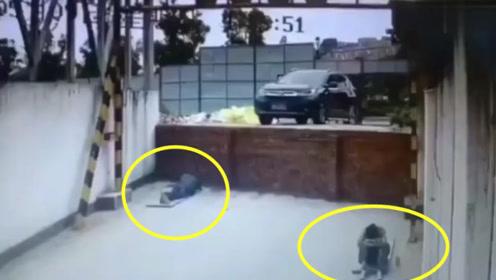 两名工人正在地上睡觉,下一秒他们做梦也没想到会发生这种事