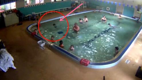 令人惋惜!男童学游泳因教练的疏忽溺亡,父母回看视频瞬间崩溃