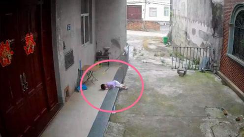 女孩从二楼掉下来,趴在地上等妈妈,网友:大难不死必有后福