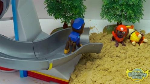 《奇奇和悦悦的玩具》汪汪队玩沙子游戏