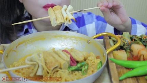 外国小姐姐吃韩国鱼糕和奶油面,香糯鱼糕,让人唇齿流香
