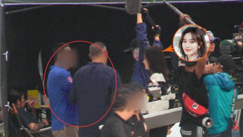 秦岚疑似在片场和导演起争执 导演怒推无辜小哥离开