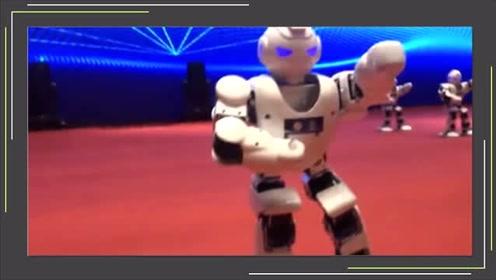 海峡两岸:青少年新媒体高峰论坛开幕!机器人秀舞技强势抢镜!