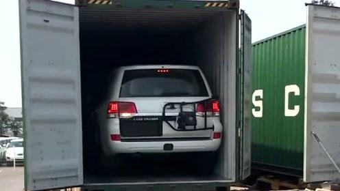 丰田酷路泽到货开箱,师傅不慎蹭到集装箱,网友:师傅心疼哭了
