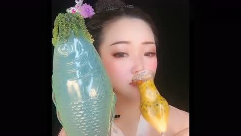 古装美女爱喝饮料,两个杯子真是太个性了,网友:令人向往的生活