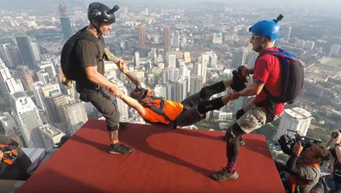 421米高吉隆坡塔顶,小伙被同伴抬着往下抛,神坑队友