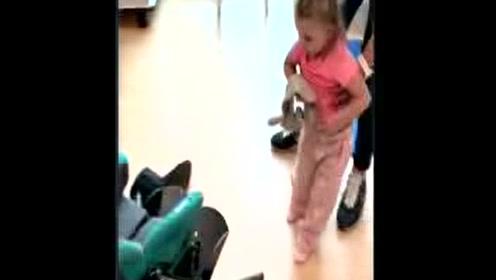 3岁女孩重新学走路