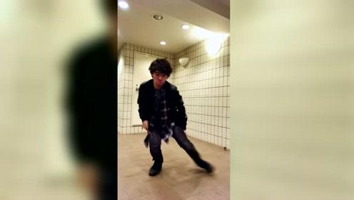 小哥哥舞蹈展示,瞧那优美的舞步,太帅了