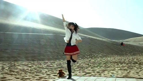 """沙漠中跳舞的美萝莉,萌系妹子沙漠跳""""宅舞"""",身材也太好了!"""