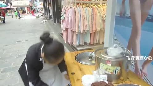 旅者来到贵州兴义市,豆皮裹着满满的料才2块一张,你想尝尝么?