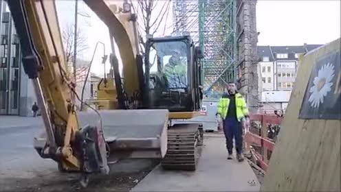 一个这么小的工地,弄这么多台挖掘机来干活