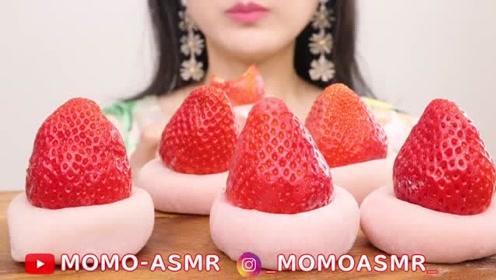 小姐姐吃日式草莓麻薯,粉粉嫩嫩的甜点,网友:隔着屏幕流口水了