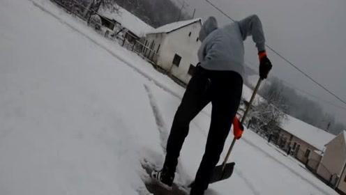 大学生发明摩托车扫雪机,农村清理积雪很实用,200造一台