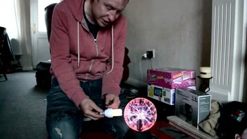 等离子球还能点亮灯泡?外国小哥实验证明还真可以,太神奇了
