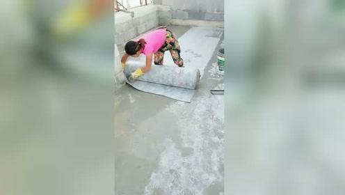 工地农民工阿姨做丙纶防水,动作熟练,质量杠杠的