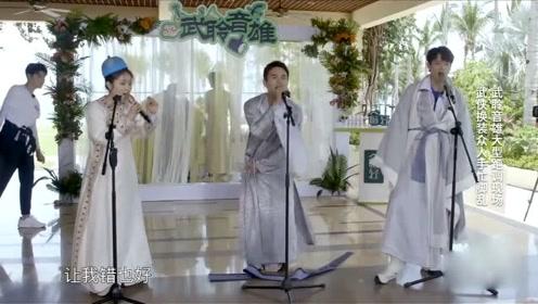 王凯唱歌时突然腰带掉落,之后这个小动作抢镜,网友:太可爱了