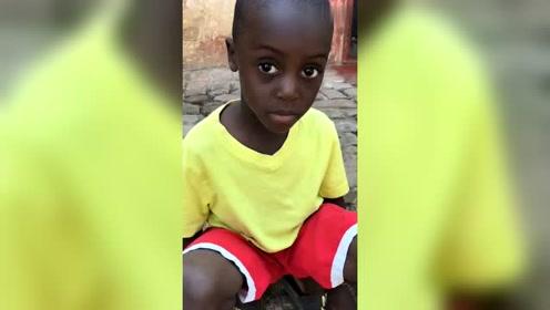 非洲小孩这双眼睛,充满了未知,莫名觉得有点心疼!