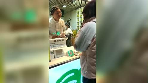 大胃王浪老师:这家水果饼店也太火了!竟然排了那么长的队