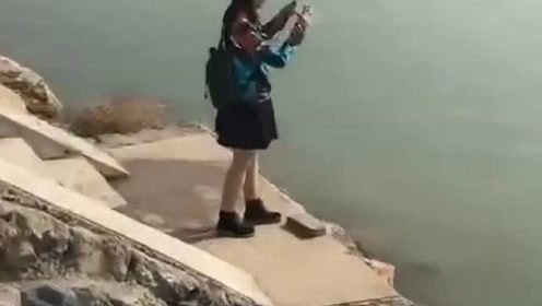 钓鱼:小姐姐野钓玩路亚,网友:一看动作就知道,不是专业的!