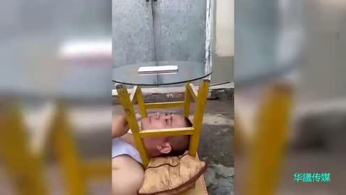 包工头每天吃完饭都要躺在桌子底下躺一会,我仔细一看才明白了