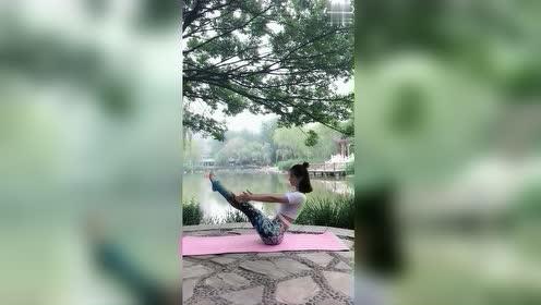 坚持每天做这个动作,让你走路都有气质,又能瘦腰,赶紧试试