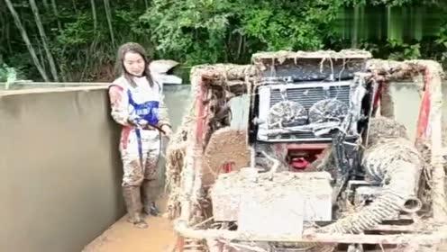 大车女司机洗车,这一身的泥,是什么原因造成的