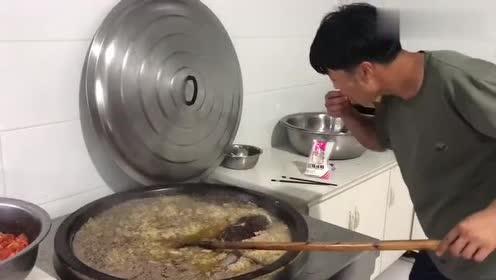 这才是正宗的东北人炖酸菜:用这么大的铁锅炖