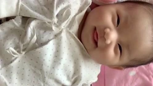 被这个小宝贝萌化了,妈妈让笑一个,配合的真是到位啊