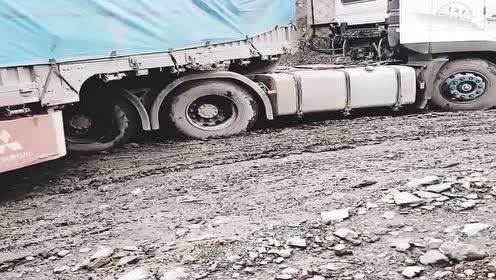 卡车老司机都无奈了,这路比川藏线都难开,不得不叫铲车来帮忙!