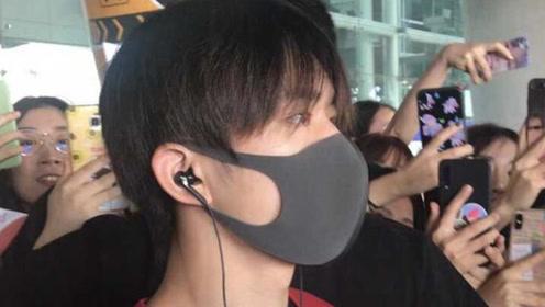 易烊千玺现身韩国,机场遇粉丝接机,韩国大妈忙用手机跟拍