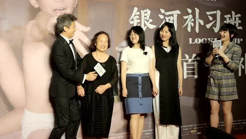 邓超携母亲首次现身红毯 两度亲吻慈母