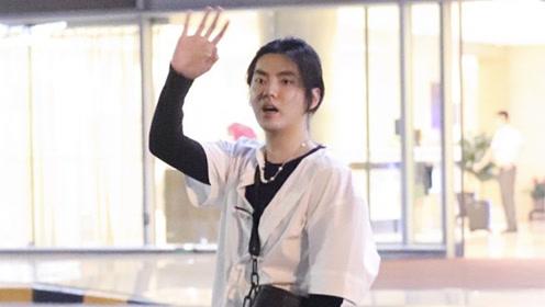 吴亦凡眼神清冷化身日系小哥哥 挥手打招呼背影也迷人